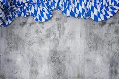 与巴法力亚颜色的被弄皱的旗子的白色和蓝色在空的co 库存照片