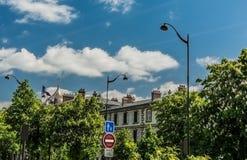 与巴黎旗子的自然都市风景 免版税图库摄影