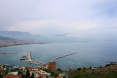 与市的海景前景的阿拉尼亚 免版税图库摄影
