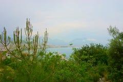 与市的海景前景的阿拉尼亚 免版税库存照片