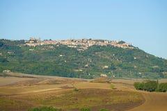 与市的9月风景Montalchino在晴天 意大利托斯卡纳 免版税库存图片