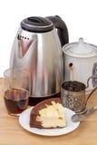 与布丁和厨房器物的茶 免版税库存图片