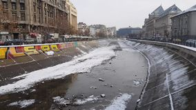 与布加勒斯特和变干的登博维察河河的中心的冬天场面 影视素材