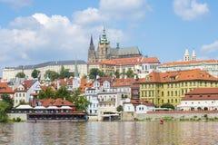 与布拉格城堡和圣Vitus Cathedr的老镇布拉格地平线 免版税库存图片