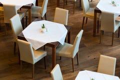 与四把椅子的被摆的桌子 免版税库存图片