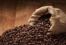与布料大袋的烤咖啡豆 免版税库存图片