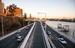 与布里斯班市都市风景的天桥  库存照片