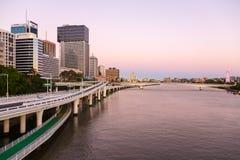 与布里斯班市都市风景的天桥  库存图片