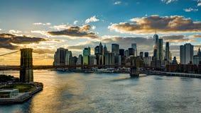 与布鲁克林大桥哈得逊河曼哈dur的纽约地平线 库存照片