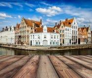 与布鲁日运河的木板条在背景中 免版税库存照片