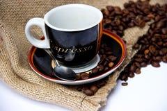 与帆布袋子和咖啡杯的咖啡豆浓咖啡的 库存图片