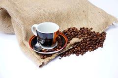 与帆布袋子和咖啡杯的咖啡豆 免版税库存图片