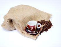 与帆布袋子和咖啡杯的咖啡豆 库存图片