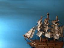 与帆船形象,在橙色背景的便条纸的空的明信片 库存照片