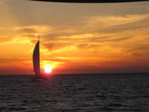 与帆船的圣托里尼日落 免版税图库摄影