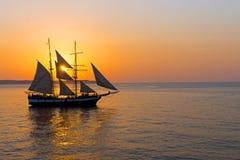 与帆船的浪漫日落 免版税库存图片