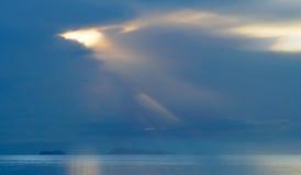 与希望金黄光的海景日落  免版税库存照片