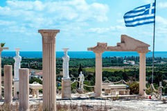 与希腊旗子的古老雕象 免版税库存图片