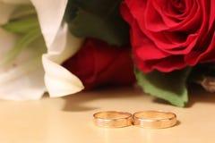 与希腊装饰品的两只金戒指 库存图片
