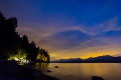与帐篷野营的橙色和蓝色夜空 库存照片