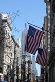 与帝国大厦的美国国旗 库存照片