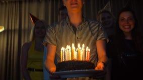 与带来生日蛋糕的朋友的愉快的男性给您 股票录像