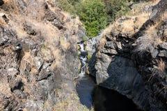 与带领六角形在戈兰高地的六角形河的一个小峡谷水池在以色列 免版税库存图片