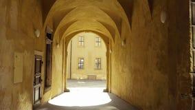 与带领通过历史的房子,小的胡同的拱廊的段落 影视素材