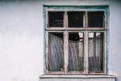 与帷幕的老蓝色木窗口 有白色的膏药墙壁 免版税库存照片