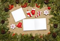 与常青杉树,锥体,霍莉莓果的圣诞节框架 库存照片