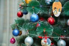 与常青树边界的红色和蓝色圣诞节装饰在白色背景 免版税库存照片