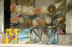 与帽子和绘画的纪念品店前面 图库摄影