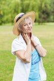 与帽子的最佳的老化妇女outoors 免版税库存照片