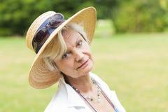 与帽子的最佳的老化妇女outoors 库存照片