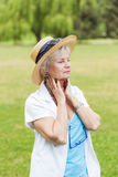 与帽子的最佳的老化妇女outoors 库存图片