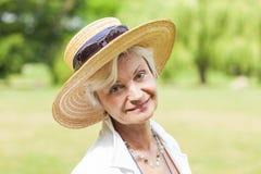 与帽子的最佳的老化妇女outoors 图库摄影