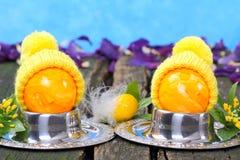 与帽子,滑稽的装饰的复活节彩蛋 免版税库存照片