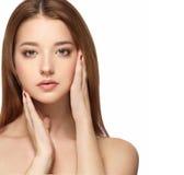 与干净的新皮肤关闭的美丽的妇女面孔画象 护肤Face.Fresh健康皮肤Face.Young女孩用新鲜的黄瓜 库存图片