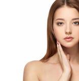 与干净的新皮肤关闭的美丽的妇女面孔画象 护肤Face.Fresh健康皮肤Face.Young女孩用新鲜的黄瓜 免版税库存照片
