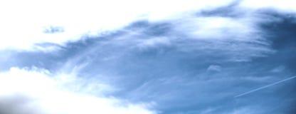 与干净的白色云彩的深蓝天空完善对网站横幅和背景 免版税图库摄影