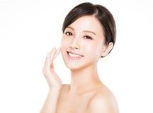 与干净的皮肤的特写镜头少妇微笑的面孔 免版税库存照片