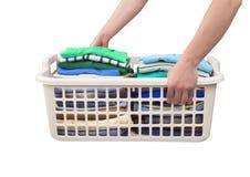 与干净的衣裳的篮子 免版税库存照片