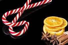 与干切片的圣诞节背景桔子,肉桂条 图库摄影
