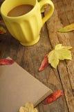 与干叶子和咖啡的秋天模板 图库摄影