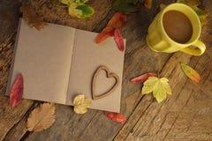 与干叶子和咖啡的秋天模板 库存照片