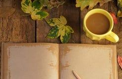 与干叶子和咖啡的秋天模板 免版税图库摄影