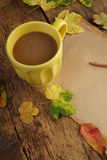 与干叶子和咖啡的秋天模板 免版税库存照片