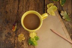 与干叶子和咖啡的秋天模板 库存图片