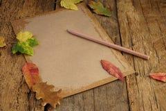 与干叶子和笔记本的秋天模板 免版税图库摄影
