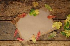与干叶子和笔记本的秋天模板 库存照片